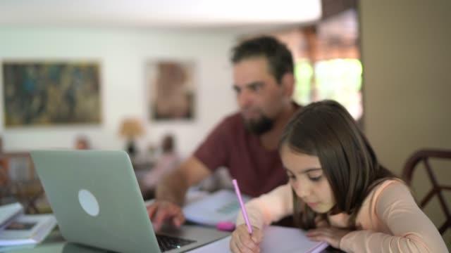 vídeos y material grabado en eventos de stock de padre ayudando a su hija con la tarea - familia con un hijo