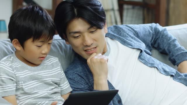 父のコンピューター ゲームをプレイするほとんどの少年を助ける