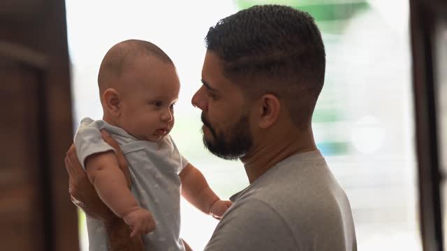 vídeos y material grabado en eventos de stock de padre sosteniendo a su hijo en contrailuminación - padre soltero