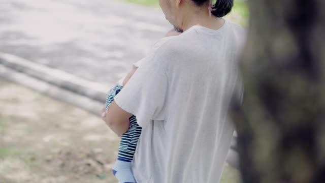 赤ちゃん son.4k を持つ父親 - ソフトフォーカス点の映像素材/bロール