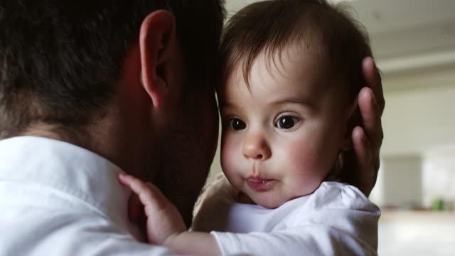 Vater mit seiner entzückenden baby