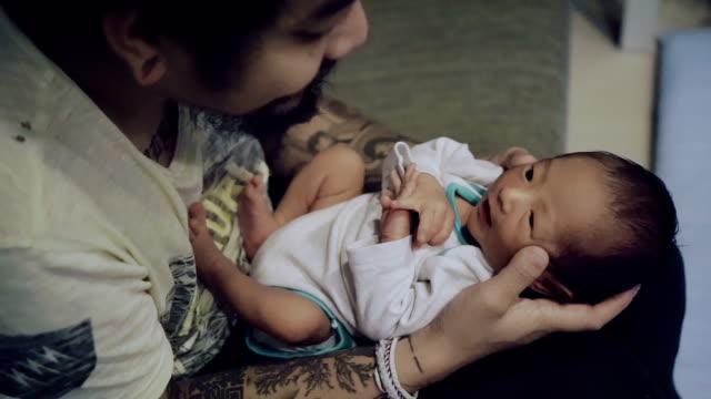 vídeos y material grabado en eventos de stock de cu padre celebración recién nacido (0-1 meses) - recién nacido 0 1 mes