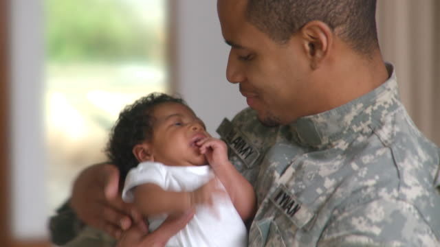 cu tu father holding newborn girl (0-1 months), richmond, virginia, usa - 陸軍兵士点の映像素材/bロール