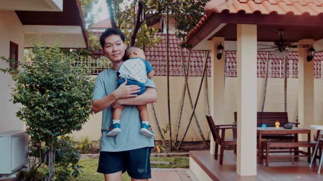 vidéos et rushes de père tenant son - genderblend
