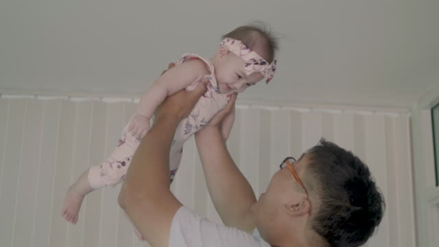 vater hält sein baby hoch. - genderblend stock-videos und b-roll-filmmaterial