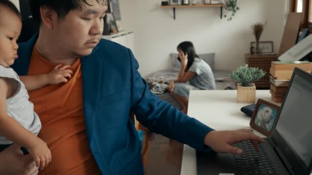 vater hält seinen sohn während der arbeit zu hause mit laptop - 6 11 monate stock-videos und b-roll-filmmaterial