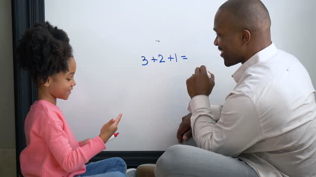 vidéos et rushes de père fille de l'école à la maison, faire des mathématiques sur tableau blanc - number 8