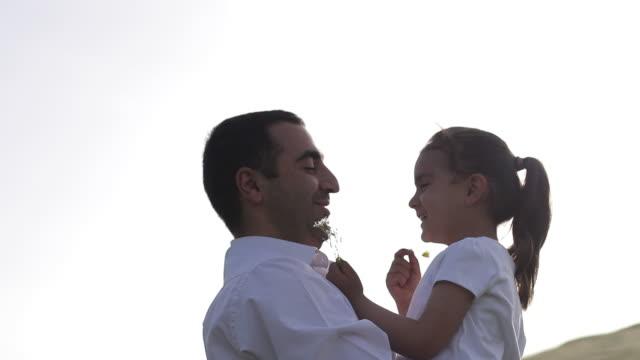 vídeos y material grabado en eventos de stock de padre está pasando un tiempo agradable en la naturaleza con su hija - father day