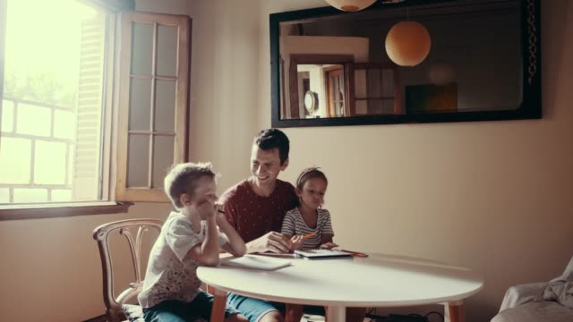 vater verbringt zeit mit der zeichnung von kindern (zeitlupe) - teaching stock-videos und b-roll-filmmaterial