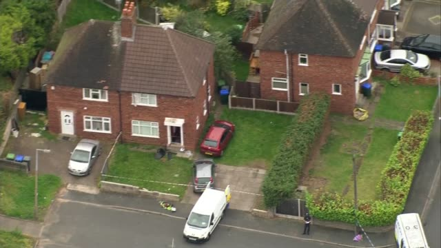 vídeos de stock e filmes b-roll de father of children who died after birmingham house fire found in burntout car england west midlands birmingham hamstead view / aerial house with... - west midlands