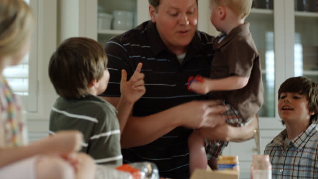 stockvideo's en b-roll-footage met father overwhelmed with children - keuken huis