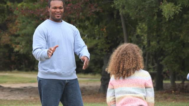 ms ts father playing football with three daughters (4-7) / richmond, virginia, usa. - 4歳から5歳点の映像素材/bロール