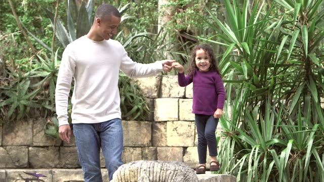 Père, jouer avec la fille dans un parc