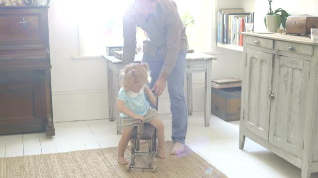 vídeos de stock, filmes e b-roll de father playing with daughter in living room. - cabelo de comprimento médio