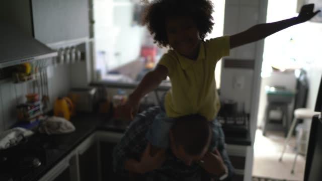 vidéos et rushes de père jouant avec le fils à la cuisine - père célibataire