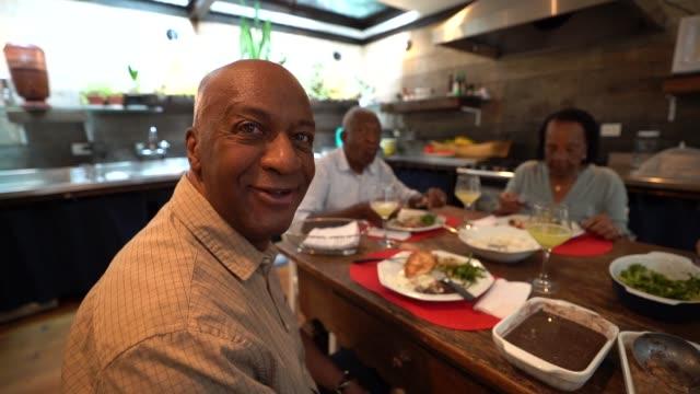 vídeos de stock, filmes e b-roll de retrato do pai na mesa de jantar - 55 59 anos