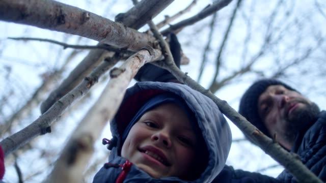 父の息子と準備のキャンプファイヤー。リバーサイド市 - ウィンターコート点の映像素材/bロール