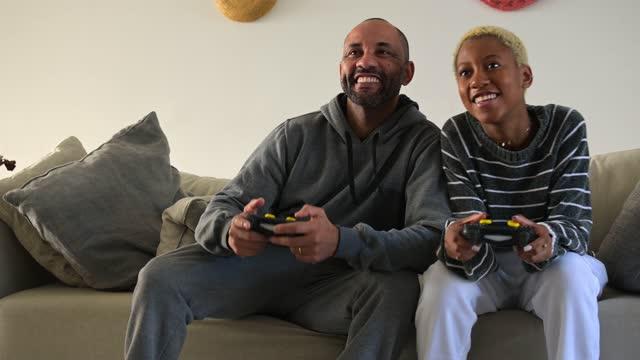 父はビデオゲームで娘をプッシュ - dia点の映像素材/bロール