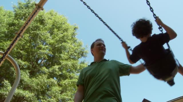 stockvideo's en b-roll-footage met ms father pushing son (2-3) on swing / atlanta, georgia, usa - schommelen bungelen