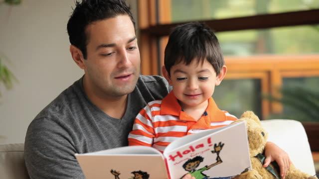 vídeos de stock e filmes b-roll de cu father reading book to son (2-3) indoors / richmond, virginia, usa - colo