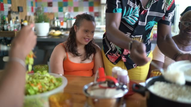 vídeos de stock, filmes e b-roll de alimento do serviço do pai no tempo do almoço - almoço