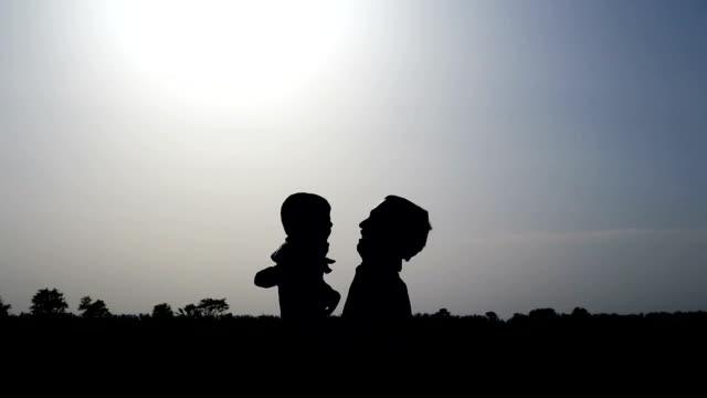 vidéos et rushes de père &  fils jeu de silhouette en - genderblend