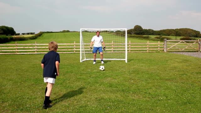 Vater Sohn spielen Fußball &/football