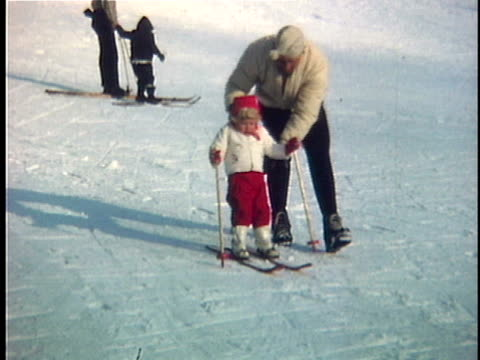 vídeos de stock e filmes b-roll de 1963 ms composite father supporting daughter (2-3) skiing, vermont, usa - 1963