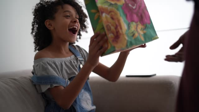 far överraskande födelsedag dotter ge gåvor - 8 9 år bildbanksvideor och videomaterial från bakom kulisserna