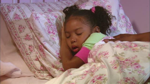 vídeos de stock, filmes e b-roll de cu, father switching off side lamp by sleeping daughter's (4-5) bed, westfield, new jersey, usa - deitando