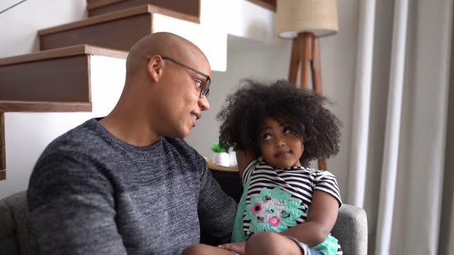 vidéos et rushes de père parlant à sa fille à la maison - 4 5 ans