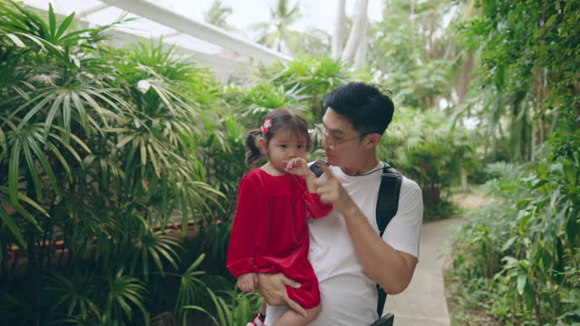 vídeos y material grabado en eventos de stock de padre hablando con su hija mientras caminaba por la pasarela - genderblend