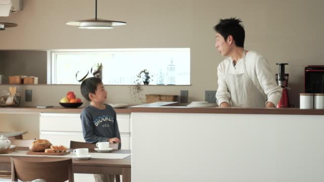 父と息子の話題のキッチン - 家事点の映像素材/bロール