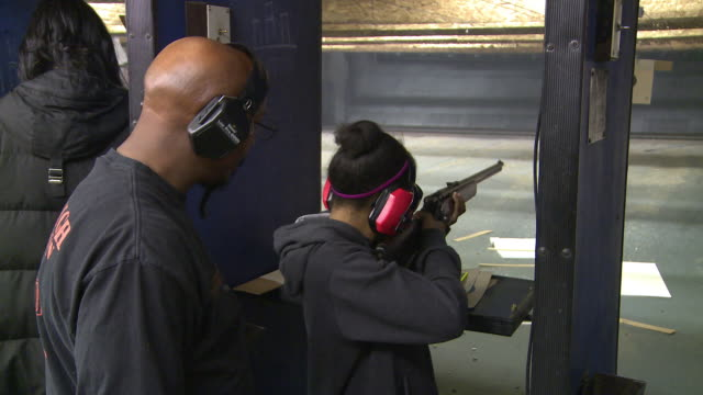 vídeos de stock e filmes b-roll de father teaches daughter to fire a 22 caliber rifle at maryland small arms range on january 20 2013 in upper marlboro maryland - maryland estado
