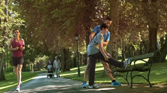 DS Vater Lehre Sohn wie zum Entspannen nach einem Lauf