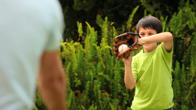vídeos y material grabado en eventos de stock de father teaching his young son how to play baseball / cape town, western cape, south africa - guante de béisbol