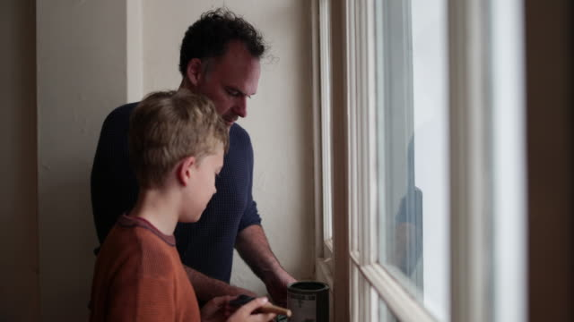 vidéos et rushes de father teaching son how to decorate - famille monoparentale