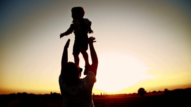 SLO, MO, Vater werfen seinen Sohn in die Luft