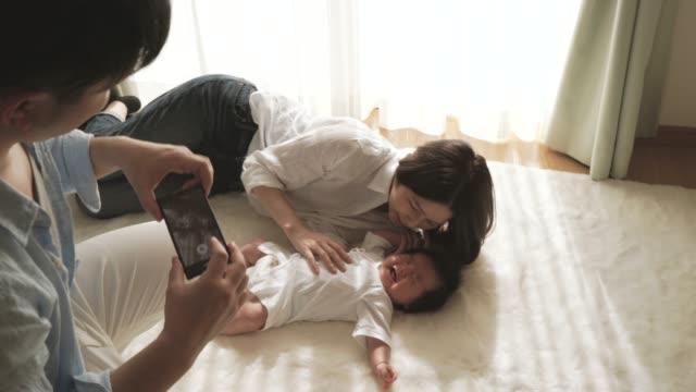 Padre di tiro sua moglie e la figlia con smartphone