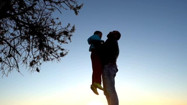 vidéos et rushes de père se retourner son fils dans l'air - nostalgie