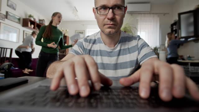 stockvideo's en b-roll-footage met vader die van huis probeert te werken - multitasken