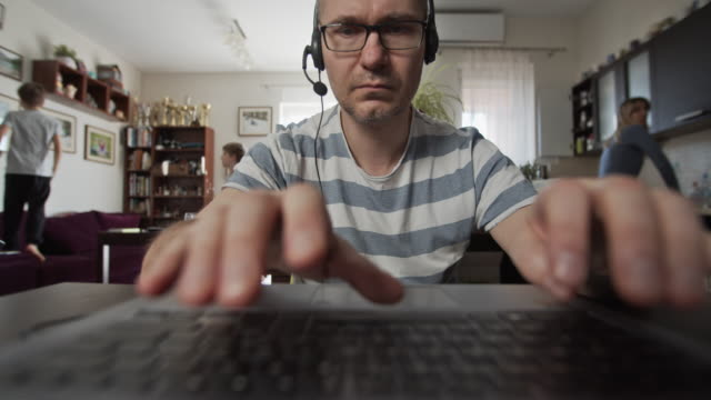 vídeos de stock e filmes b-roll de father trying to work from home - multitarefas
