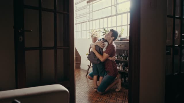 vídeos de stock e filmes b-roll de father welcomes son at home after school (slow motion) - papa