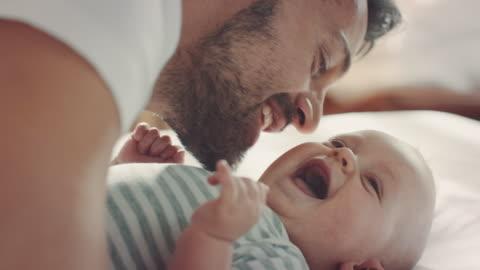 vater mit kind im bett liegend - babies only stock-videos und b-roll-filmmaterial