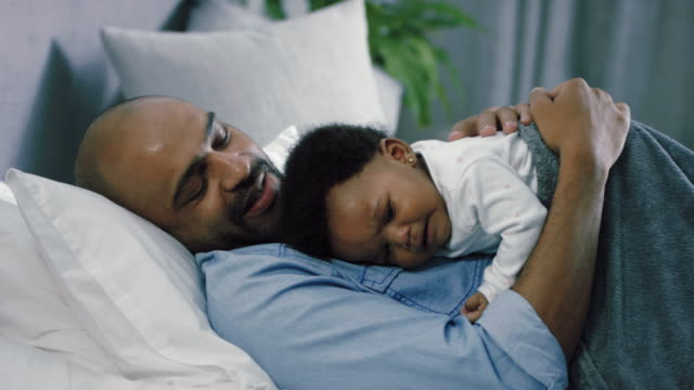 vidéos et rushes de father with crying baby girl - 6 11 mois