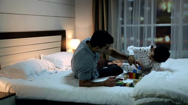 vídeos de stock, filmes e b-roll de father with his son arranging building blocks, delhi, india - bloco de construção