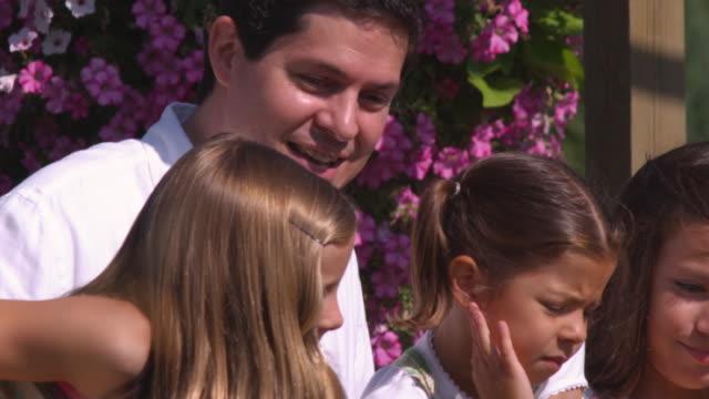 slo mo ms father with three daughters (8-9, 12-13, 16-17)  / utah, usa - 12 13 år bildbanksvideor och videomaterial från bakom kulisserna