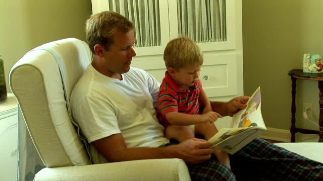 stockvideo's en b-roll-footage met father  with toddler son - schommelen schommelstoel