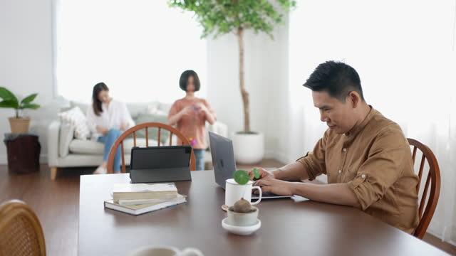 vídeos y material grabado en eventos de stock de padre trabajando desde casa e hija jugando y usando tableta digital - genderblend