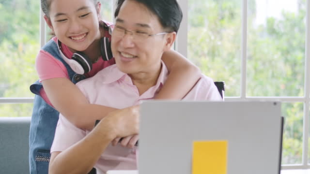 father working from home with daughter - equilibrio vita lavoro video stock e b–roll